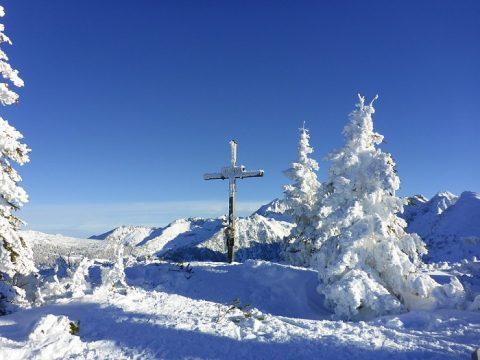 krzyż srebrny w górach