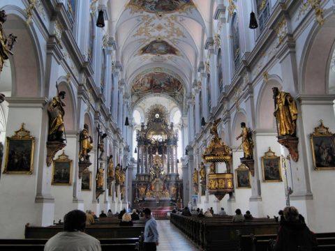 święte obrazy są podstawą wyposażenia kościoła